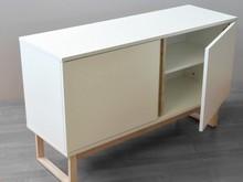 Biała komoda z drewnianymi nogami i oryginalnym otwieraniem drzwiczek.Wyposażona w środku w półki po jednej z lewej i prawej strony. Mebel swoim...