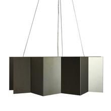 Nietuzinkowa lampa o nowoczesnej formie.  Stworzona z giętych elementów stalowych. Pięknie odbijająca światło.  Kolor stalowy. ...