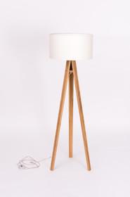 Lampa stojąca z charakterystycznymi dla statywu, drewnianymi nogami z drewna jesionowego. Abażur wykonany z czarnej lub białej tkaniny, środek biały...
