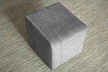 PUFA AA013  Nowoczesna pufa, minimalistyczny mebel do salonu idealnie komponujący się również w małych pomieszczeniach.  Główne cechy:  -...