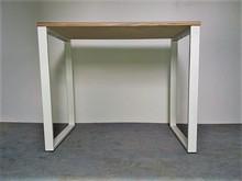 Biurko STUDENT  Industrialne biurko z nutką stylów skandynawskich. Bardzo proste w konstrukcji: blat oparty na dwóch stalowych nogach w kształcie...