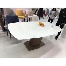 Rozkładany stół Maurizio 160-240  Biały , szklany blat...elegancka podstawa stołu wykonana z drewna..niebanalna forma blatu...to wszystko...