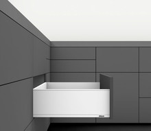 Zestaw elementów do wykonania szuflady Legrabox z hamulcem BLUMOTION. Do samodzielnego montażu.  Wysokość boku C=176,8mm KolorJedwabiściebiały...