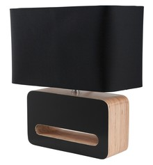 Lampa stołowa Wood Black.  Cechy: Lampa w kolorze czarnym. Abażur materiałowy. Laminowana drewniana podstawa, z wykończeniem lakierowanym na połysk....
