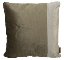 Poduszka VELVET SQUARE jest elegancka i wniesie do wnętrza odrobinę klasy.  Poszewka została wykonana z materiału poliestrowego, który w doskonały...