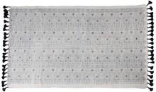 Ręcznie tkany dywan Graphic wykonany z bawełny z nadrukowanym wzorem. Kolor szary.   Wymiary (łącznie z frędzlami): 120 x 80 cm