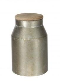 Metalowa beczka mała w szarym kolorze  Wymiary:  - Wysokość: 28 cm - Szerokość: 15 cm - Głębokość: 15 cm  Materiał:  - metal/drewno