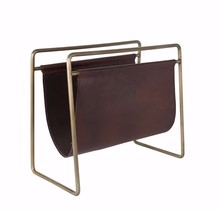 Gazetownik SCHOLAR marki Dutchbone  Materiał: Metalowa rama, lakierowana proszkowo z zabytkowym złotym wykończeniem. Środek: Skórzany, malowany na...