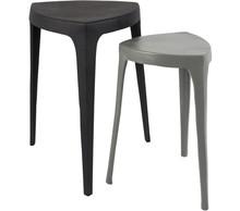 Zestaw dwóch stolików TIGA, marki Zuiver  Materiał: Odlew aluminiowy, malowany proszkowo w kolorze szarym i czarnym  Wymiary: Wymiary mniejszego...