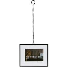 Ramka na fotografię Xpose  Czarna metalowa ramka na fotografię Xpose z metalowym łańcuchem do zawieszania.  Wymiary:  - Wysokość: 18 cm -...