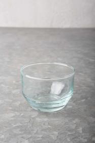 Wykonywana ręcznie szklana miska ze szkła z recyklingu, powstaje w fabrycaVerre Beldi/Sover w Maroku.Wymiary:8 x 6 cmMożna myć w...