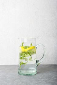 Ręcznie wykonana z dmuchanego szkła karafka szklana w fabryceVerre Beldi/Sover w Maroku.Wymiary: 10 x 19 cmPojemność:1050 mlProdukty...