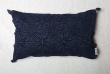 Marokańska poduszka dekoracyjna w kolorze niebieskim Poduszka zaopatrzona jest w zamek błyskawiczny.Produkty marki Urban Nature Culture łączą w sobie...