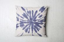 Bawełniana poduszka dekoracyjna Splash w kolorze indygo. Zainspirowana starą techniką farbowania tkanin. Produkty marki Urban Nature Culture łączą w...