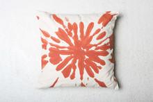 Bawełniana poduszka dekoracyjna Splash w kolorze pomarańczowym. Produkty marki Urban Nature Culture łączą w sobie wpływy i surowce z całego świata, w...