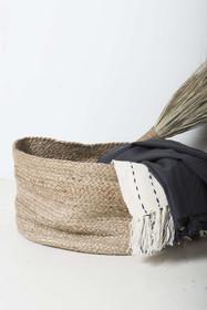 Kosz pleciony do przechowywania rzeczy. Wymiary:45 x 25 cm Materiał: bawełna/juta  Produkty marki Urban Nature Culture łączą w sobie wpływy i...