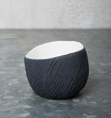 Ceramiczny świecznik z serii Solstice.  Wymiary: 7 x 6,5 x 5,2 cm Materiał:ceramika Kolor: czarny Materiał: kamionka