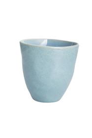Błękitny kubeczek ceramiczny z serii Urban. Proste wykonanie, smukła forma nadaje mumajestatu. Jego nierówna powierzchnia wykończenia miło ogrzeje...