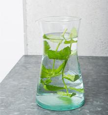 Ręcznie wykonana z dmuchanego szkła karafka szklana w fabryceVerre Beldi/Sover w Maroku.Wymiary:9,5 x 20 cmPojemność: 900 mlProdukty Urban...