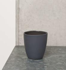 Porcelanowy kubeczek w kolorze czarnym. Produkty marki Urban Nature Culture łączą w sobie wpływy i surowce z całego świata, w tym drewno mango,...