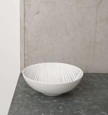 Porcelanowa miska w kolorze białym i wzorem w paski.Wymiary:16 x 5,5 cmPojemność: 400mlMożna myć w zmywarce.Produkty marki Urban Nature Culture...