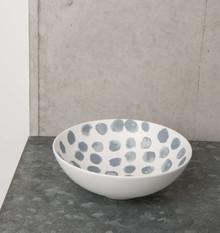 Porcelanowa miska w kolorze białym i wzorem w nieregularne kropki.Wymiary:16 x 5,5 cmPojemność: 400mlMożna myć w zmywarce.Produkty marki Urban...