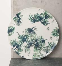 Ceramiczny talerz w kolorze białym zwzorem liści.Talerz ten i wiele innych produktów ceramicznych powstaje we włoskiej fabryce Ceramiche...