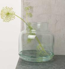 Szklana waza ze szkła z recyklingu, ręcznie wykonywana z dmuchanego szkła w marokańskiej fabryceVerre Beldi.  Produkty marki Urban Nature Culture...