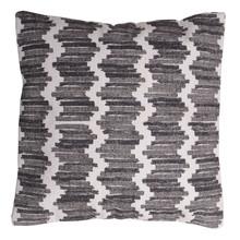 Poduszka dekoracyjna wykonana z tkaniniy żakardowej o wielobarwnym i wielkoformatowym wzorze. Produkty marki Urban Nature Culture łączą w sobie wpływy i...