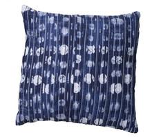 Poduszka dekoracyjna z pofałdowanym wzorem w odcieniach niebieskiego. Produkty marki Urban Nature Culture łączą w sobie wpływy i surowce z całego...