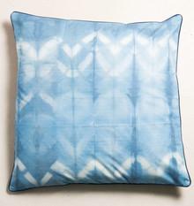 Poducha -siedzisko dekoracyjne Shibori. Tkanina farbowana w kolorze indygo przy użyciu tradycyjnej, japońskiej techniki Shibori.  Produkty Urban Nature...