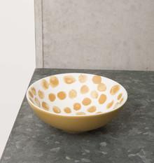 Porcelanowa miska w kolorze białym i wzorem wnieregularne kropki, kolor musztardowy.Wymiary: 13 x 4cmPojemność: 280mlMożna myć w...