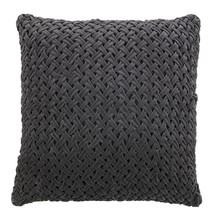 Poduszka Scoop ma wymiary 60x60cm i jej przednia część jest tkana.Poduszka jest w kolorze szarym i w połaczeniu z innymi poduszkami kolekcji Be Pure...