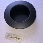 Nowoczesny uchwyt wpuszczany firmy Schwinn. Kolor pokrycia - czarny mat Średnica 60 mm.  Okrągły uchwyt w kolorze czarnego matu to doskonałe...