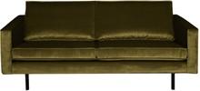 Sofa Rodeo 2,5 osobowa aksamitna oliwkowa  Wymiary:  - Wysokość: 85 cm - Szerokość: 190 cm - Głębokość: 86 cm  Materiał:  - aksamit