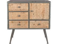 Komoda Chip ozdobiona została rzeźbionym grafikami z litego drewna jodłowego na szufladach i drzwiach. Komoda posiada szary lakierowany korpus MDF o...