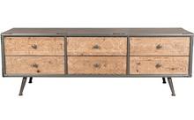 Komoda Chip ozdobiona została rzeźbionym frontami szuflad wykonanym z drewna jodłowego. Korpus komody wykonano z szarej lakierowanej płyty MDF. Nogi...