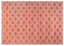 Dywan FEIKE  Dywan tkany maszynowo ze strzyżonym wzorem Syntetyczny podkład gumowy  Wysokość: 3 mm Kolor: różowy Materiał: 52% wiskoza, 36%...