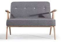 Model Adel ma zgrabny i lekki wygląd - wąski stelaż, kontrastowe wykończenia i dużą przestrzeń pod siedziskami.  Kanapa na zdjęciu...