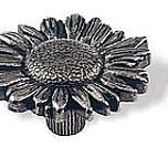 Gałka z kolekcji Edelweiss firmy Siro. Elegancka, z motywem kwiatka Zaprojektowana przez Simone Gutsche-Sikora Wykonana z metalu. Pokrycia gałki - stare...