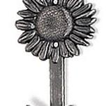 Wieszak z kolekcji Edelweiss firmy Siro, z motywem kwiatka. Wykonany z metalu. Zaprojektowany przez Simone Gutsche-Sikora  Oryginalny i bardzo efektowny...