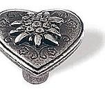 Gałka z kolekcji Edelweiss firmy Siro. Elegancka, z motywem serca. Zaprojektowana przez Simone Gutsche-Sikora Wykonana z metalu. Pokrycie gałki - stare...