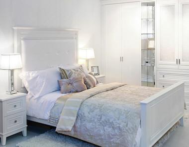 Biała sypialnia w różnych odsłonach