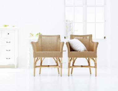 Wiklinowe fotele w salonie - porównanie dwóch aranżacji