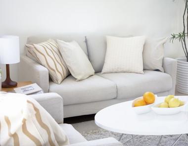 Jasna kanapa w salonie - kiedy się sprawdzi?