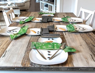 Proste sposoby na dekorację świątecznego stołu
