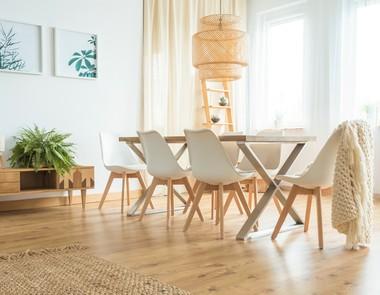 Krzesła do salonu - sposób na doskonałą aranżację pomieszczenia