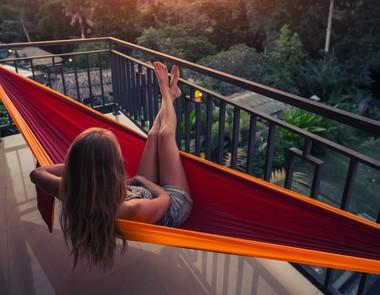 Hamak na balkon – idealne wakacje we własnym domu