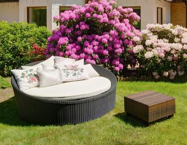 Łóżko ogrodowe sposobem na wyjątkowe popołudnie w ogrodzie