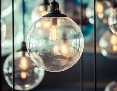 Lampy do salonu – czym kierować się przy wyborze?